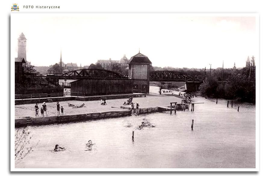 Meseritz - Międzyrzecz - Kąpielisko na rzece Obra Miejskie kąpielisko znajdowało się za wiaduktem kolejowym na wysokości obecnego osiedla Piastowskiego. W okresie międzywojennym Obra była tak czysta, ze latem wielu mieszkańców Międzyrzecza korzystało w uroków kąpieli w tej rzece.