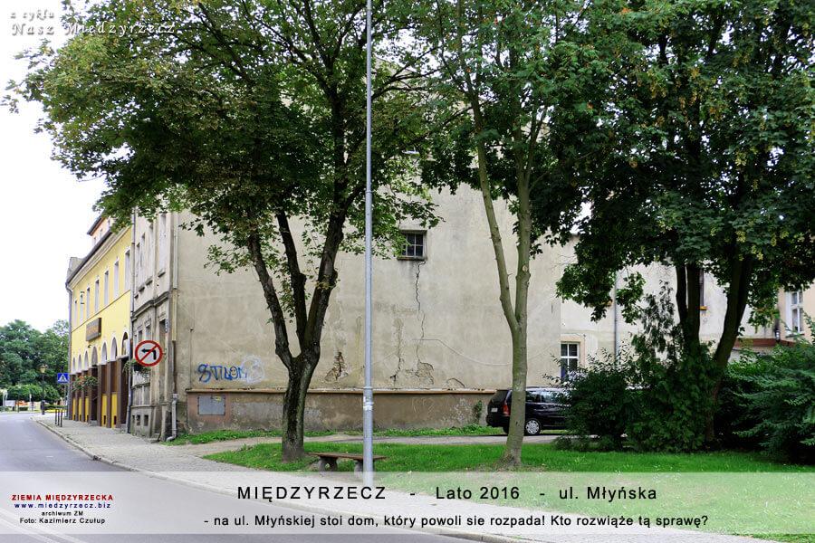 Międzyrzecz - ul. Młyńska 5 - rozpadająca się ściana szczytowa kamienicy