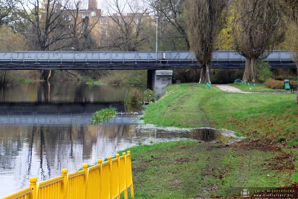 Międzyrzecz: Poziom wody na rzece Obra w Międzyrzeczu w listopadzie