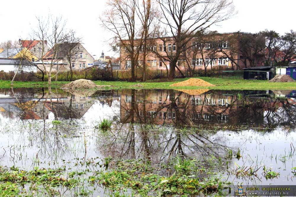 Międzyrzecz:  Nadal utrzymuje się wysoki stan wody w Obrze