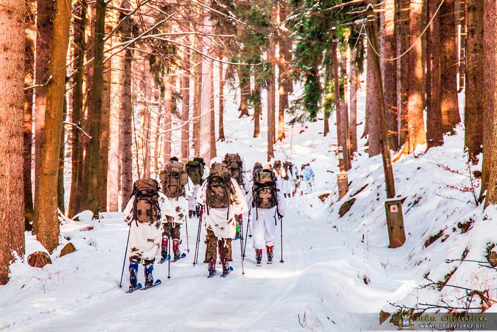 Zwiadowcy w terenie górzystym