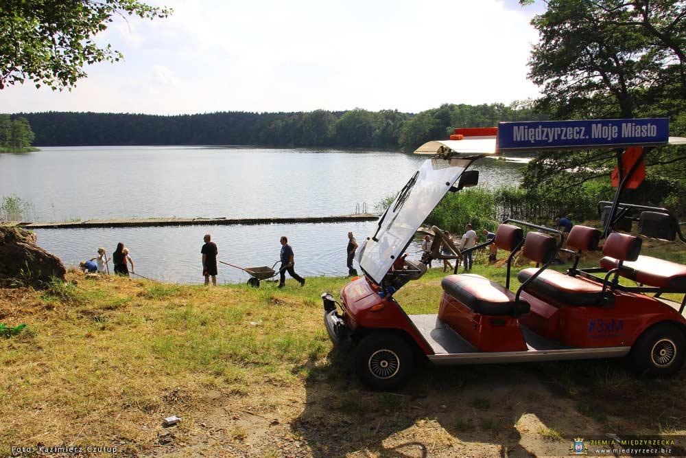 Postanowili uporządkować plażę nad jeziorem Bobowickim