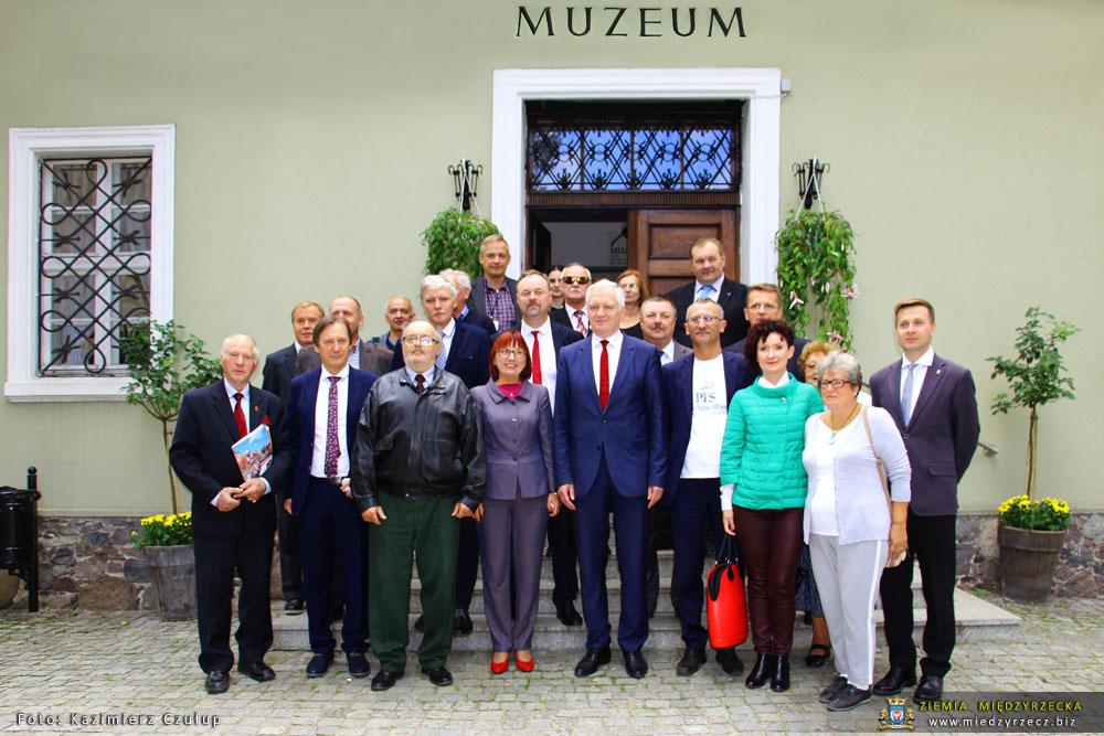 Wspólne, pamiątkowe zdjęcie uczestników spotkania z wicepremierem Jarosławem Gowinem na schodach Muzeum Ziemi Międzyrzeckiej