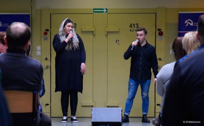 """Koncert """"Kartki z wolności"""" w wykonaniu Julii Ciszewicz i Jakuba Zachciał na """"scenie"""" Aresztu Śledczego w Międzyrzeczu."""