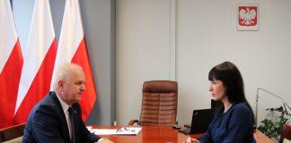 Wojewoda Lubuski Władysław Dajczak, wojewoda lubuski podczas rozmowy z Agnieszka Olender starostą powiatu międzyrzeckiego