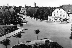 W 1928 roku poszerzono plac przed dworcem kolejowym, obecnie Plac Powstańców Wielkopolskich