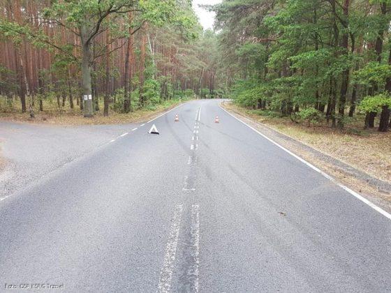 BMW jadące drogą nr 137 w kierunku Międzyrzecza wypadło z drogi