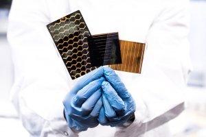 różne wzory na perowskitowych modułach słonecznych