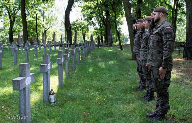 uporządkowali groby bohaterów bity warszawskiej 001
