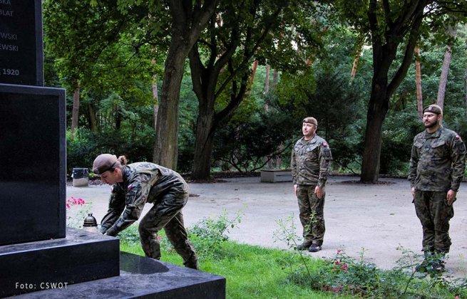 uporządkowali groby bohaterów bity warszawskiej 002