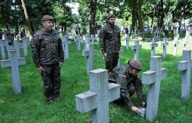 uporządkowali groby bohaterów bity warszawskiej 004