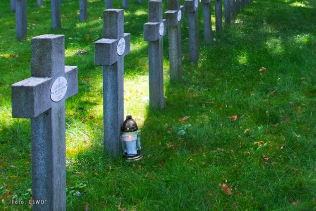 uporządkowali groby bohaterów bity warszawskiej 005